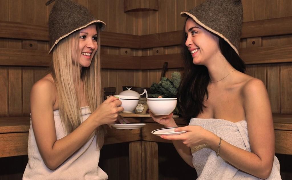 Две девушки пьютчай в сауне