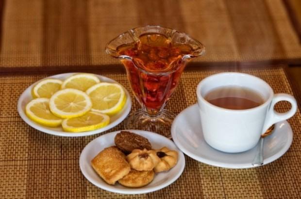 чай с лимоном и печеньем