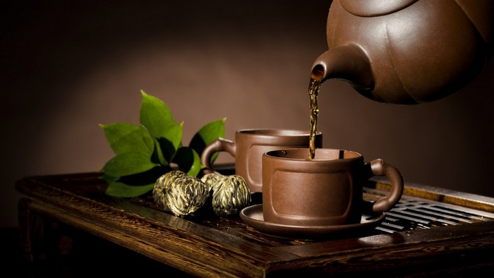глиняный чайник с чашками