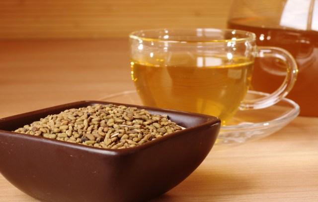 чашка с желтым чаем