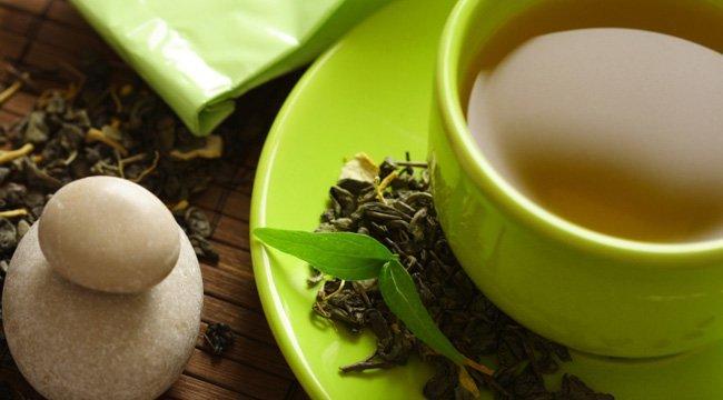 зеленый чай в зеленой чашке