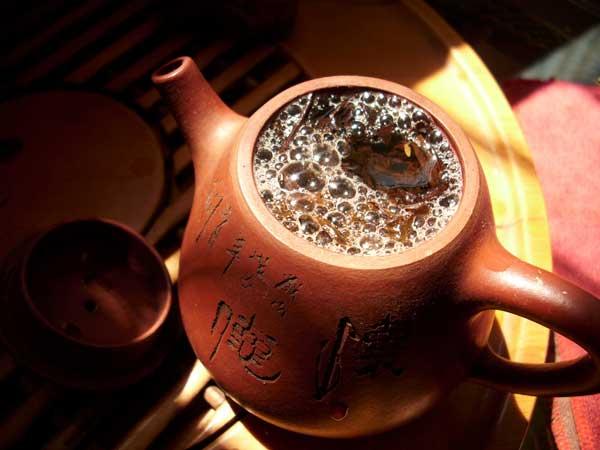 керамический чайник с чаем