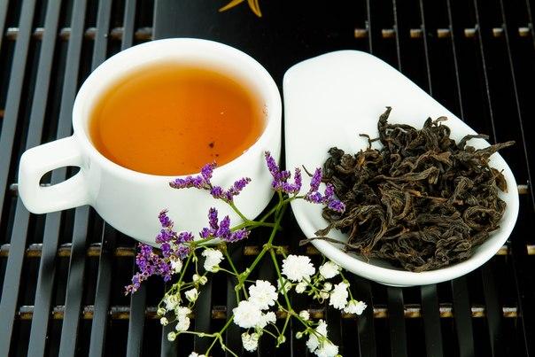 чашка чая и цветок