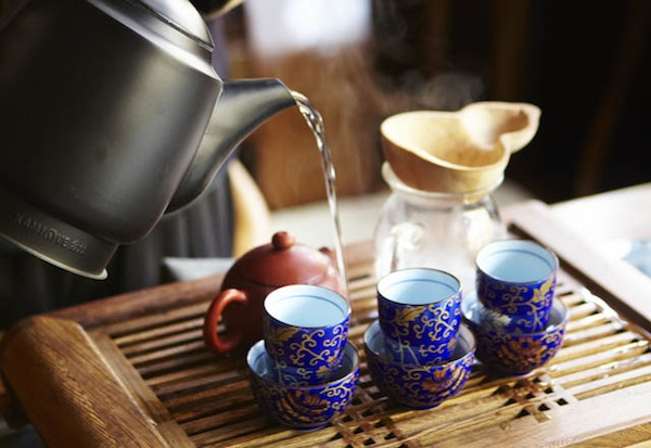 наливаем чай в чашки
