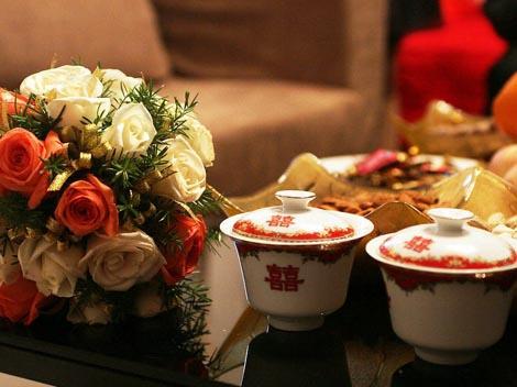 Букет цветов с китайскими чашками