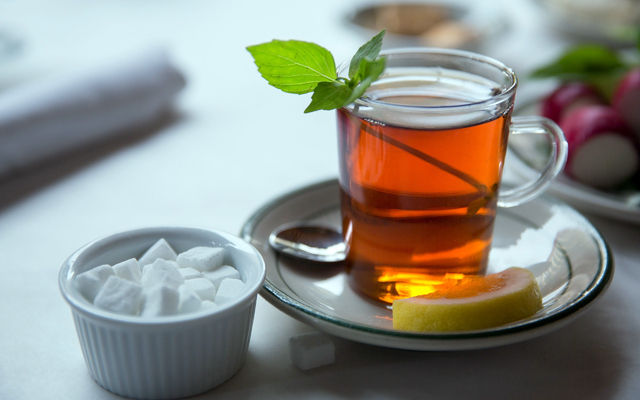черный чай с сахаром