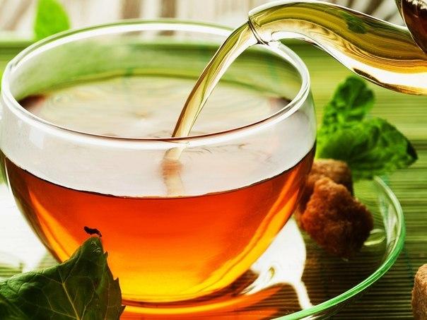 прозрачная чашка с чаем