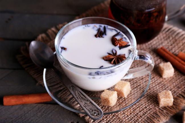 чашка с молоком и коричневым сахаром