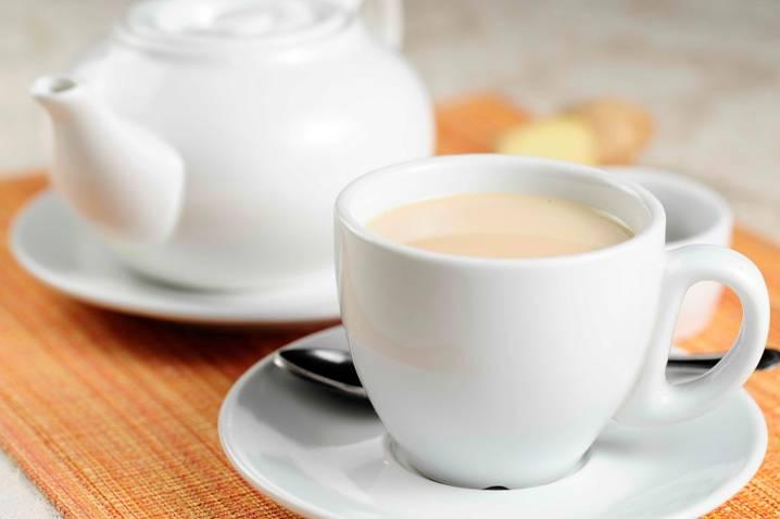 фарфоровая чашка с чаем