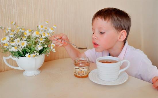 мальчик пьёт чай