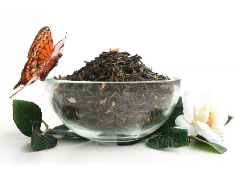 бабочка на чаше с чаем