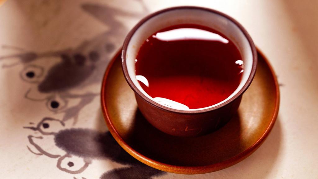 бордовый напиток в глиняной чашке