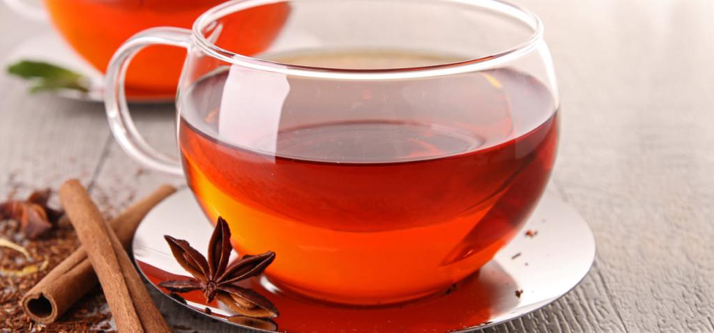 чашечка чая с корицей