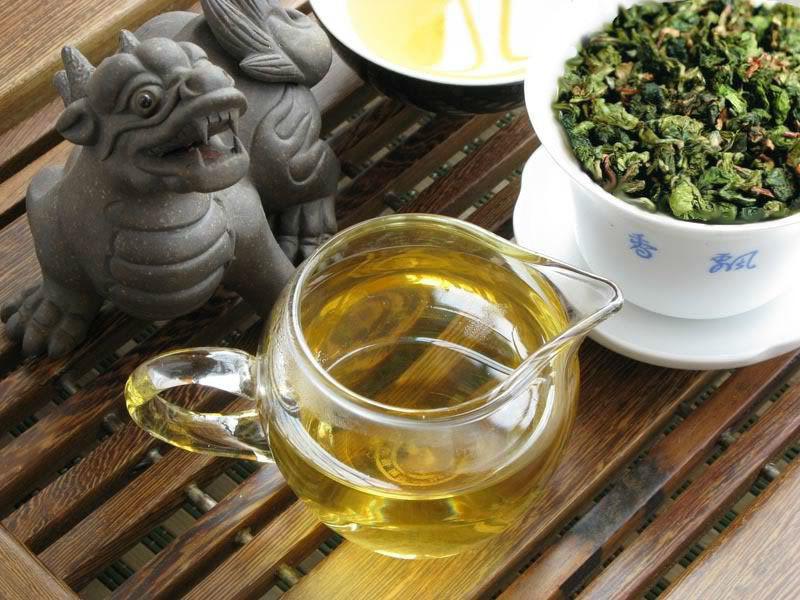 глиняный дракончик на чайном столике