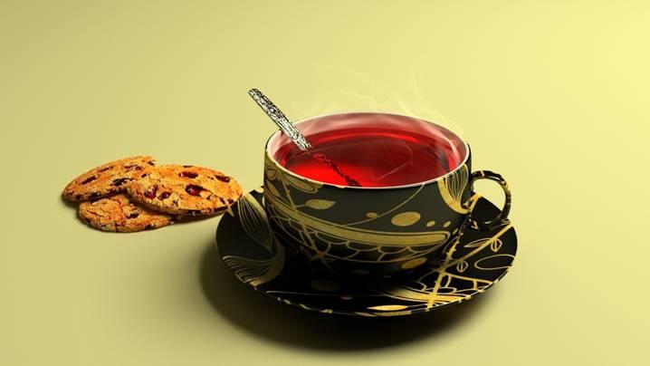 чашечка красного чая с печеньем