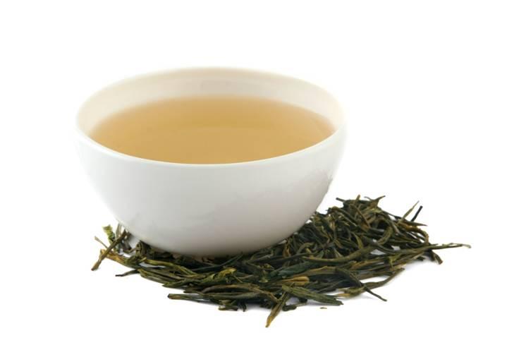 фарфоровая чашка и рассыпаный чай