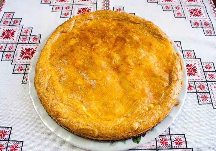 круглый пирог на блюде
