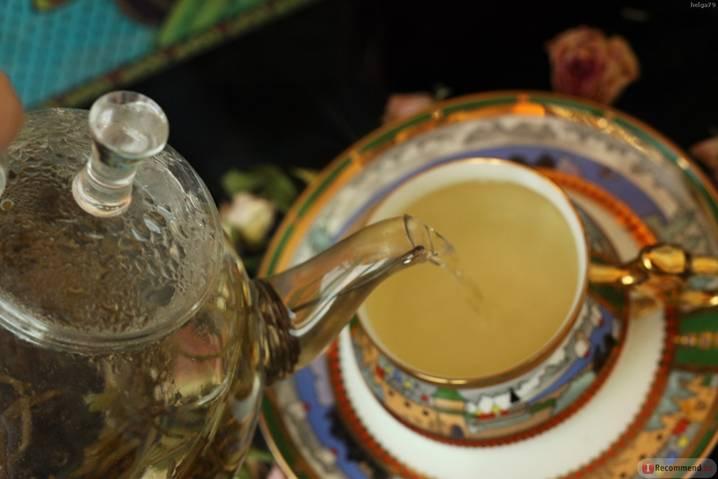 наливаем чай из чайника в чашку