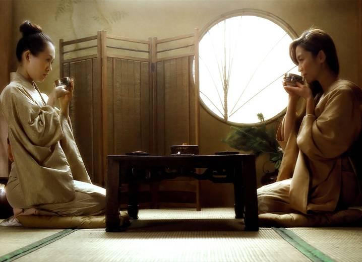 японские девушки пьют чай