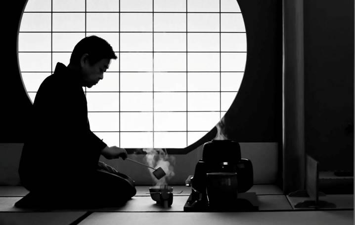 пожилой японец пьёт чай