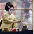 девушка готовит чай