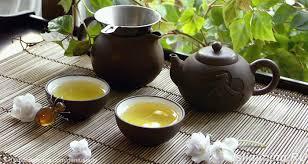 чайник с чаем и две чашки
