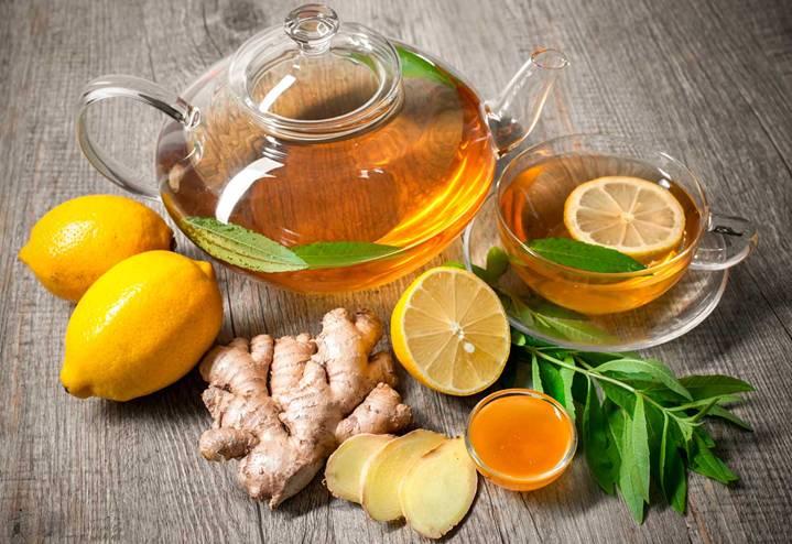 веточка лимонного дерева и чайник