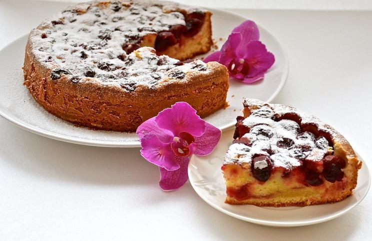 Оставить пирог в мультиварки до теплого состояния, после чего вынуть с помощью корзины для варки на пару.