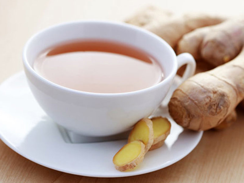 чашечка чая и корень имбиря