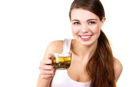 стройная девушка с чашкой чая