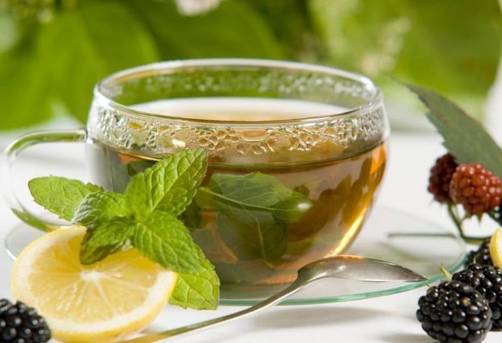 чашка чая с мятой и лимоном
