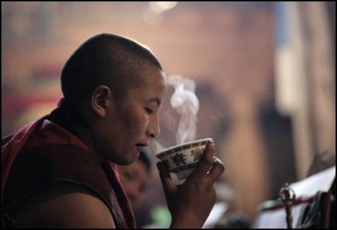буддист пьет напиток