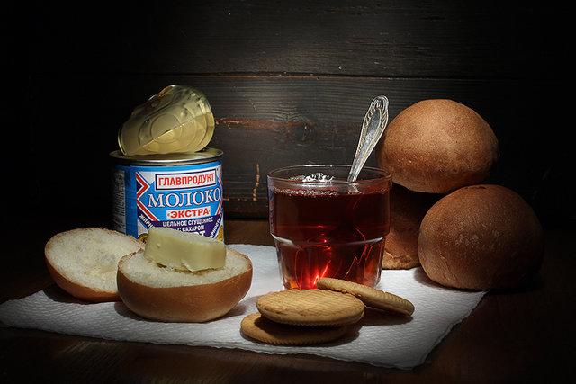 чай со сгущенкой и булочками